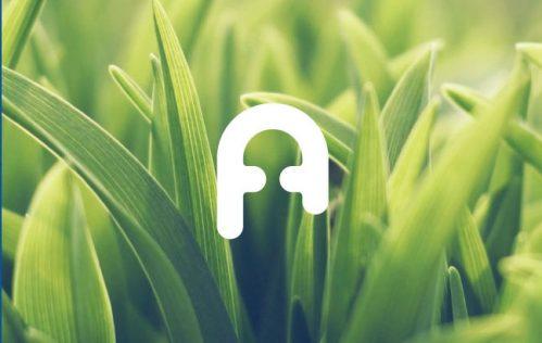 Logotipo de L'Artinal con un fondo de hierba